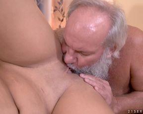 Старик отжарил молодую шлюшку раком с окончанием в рот